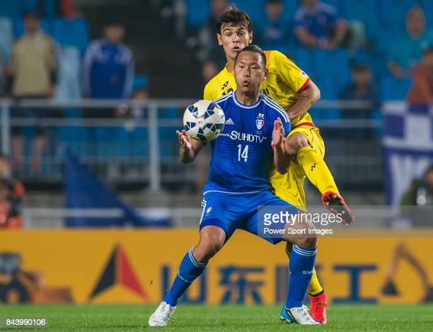 Suwon Samsung FC forward Chong Tese fights for the ball with Kashiwa Reysol defender Carlos Eduardo Bendi during the 2015 AFC Champions League Round...