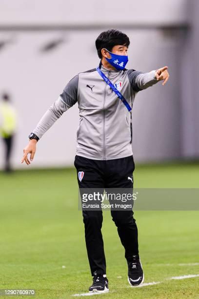 Suwon Samsung Head Coach Park Kun Ha gestures during the AFC Champions League Round of 16 match between Yokohama F.Marinos and Suwon Samsung...