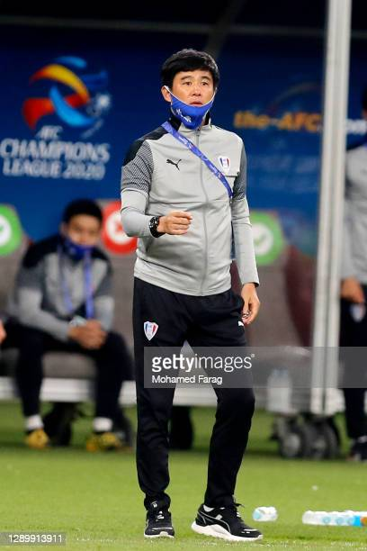 Suwon's coach Kun-ha Park speaks to his players during the AFC Champions League Round of 16 match between Yokohama F.Marinos and Suwon Samsung...