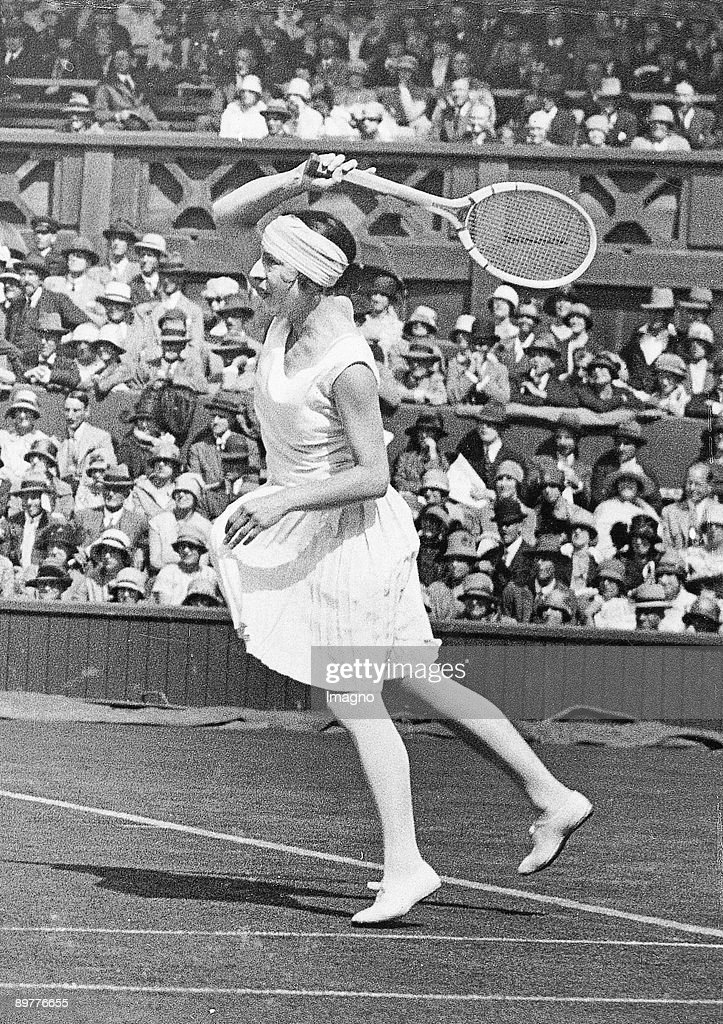 Suzanne Lenglen during a match in Wimbledon. Photograph. Around 1920/30. : News Photo
