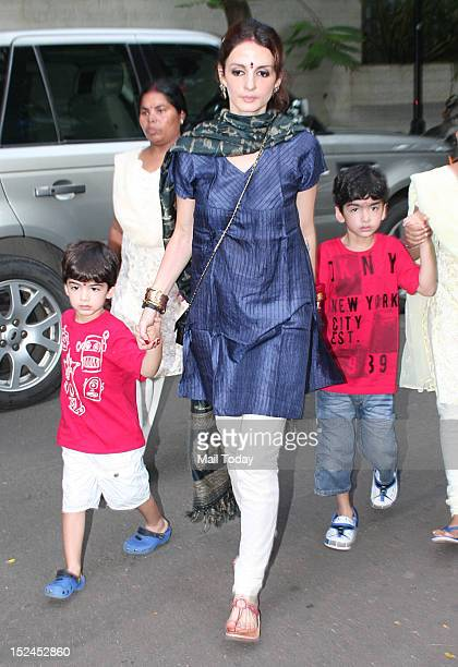 Suzanne Roshan with her kids Hrehaan and Hridhaan during Ganesh Visarjan in Mumbai on 20th September 2012