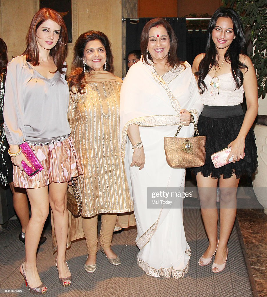 Suzanne Roshan with Poonam Sinha and Sonakshi Sinha at the 10th Wedding Anniversary Party of Akshay Kumar and Twinkle Khanna