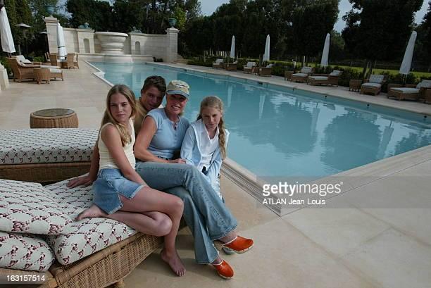 Suzanne Saperstein In Her Castle In Los Angeles With Children Suzanne SAPERSTEIN avec ses enfants Stefanie Alexis et Jonathan dans leur magnifique...