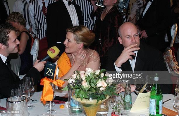 Suzanne von Borsody beim Interview rechts Freund Jens Schniedenharn 1 Dresdner SemperOpernball Semper Oper Dresden Sachsen Deutschland Europa Mikro...