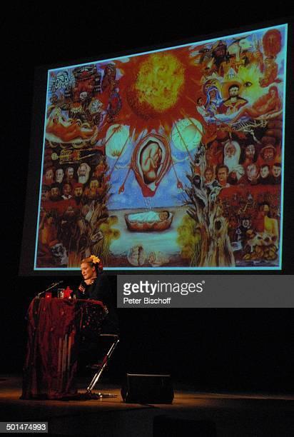 Suzanne von Borsody dahinter auf VideoLeinwand ein Gemälde a von Frida Kahlo Musikalische Lesung 'Frida Kahlo' Konzerthaus 'Glocke' Bremen...