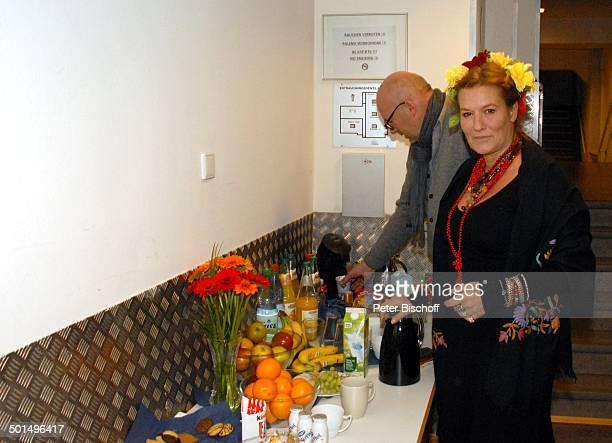 Suzanne von Borsody dahinter Lebensgefährte Jens Schniedenharn Catering vor Musikalische Lesung Frida Kahlo Konzerthaus Glocke Bremen Deutschland...