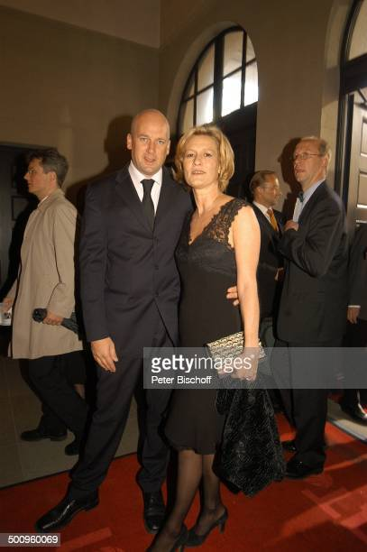 """Suzanne von Borsody , Freund Jens Schniedenharn, Verleihung """"Bayrischer Fernsehpreis"""", München, , """"Prinzregententheater"""", Foyer, Logo,..."""