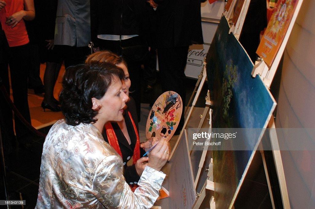 Suzanne von Borsody (hi., Preisträgerin 'Soziales Engagement), J : News Photo