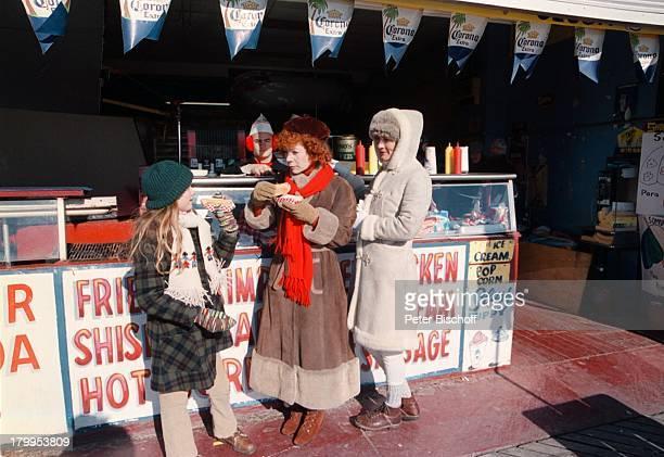 Suzanne von Borsody Nina HogerMarieHelen Dehorn Dreharbeiten zumARDVierteiler JahreszeitenStrandpromenade von Coney IslandAtlantikküste bei New York...
