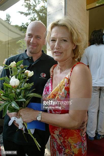 Suzanne Von Borsody Und Freund Jens Schniedenharn Bei Der Eröffnung Des Geschäfts Für Hochzeitsartikel Marrying Am Kurfürstendamm In Berlin