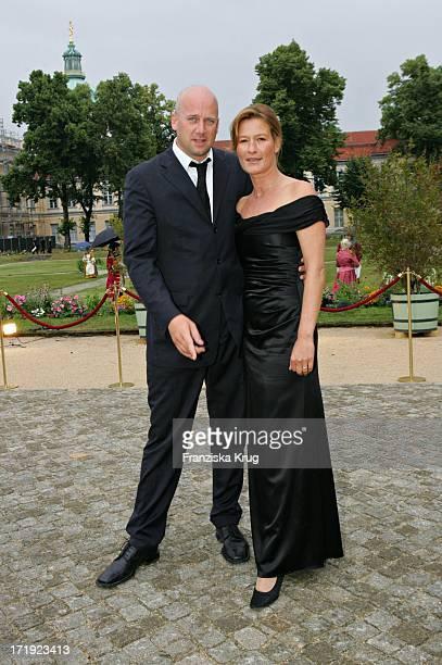 Suzanne Von Borsody Und Freund Jens Schniedenharn Bei Der Innocence In Danger Gala Im Schloss Charlottenburg In Berlin Am 010705