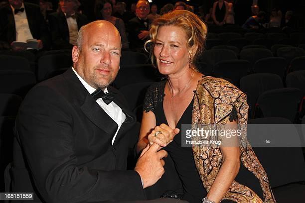 Suzanne Von Borsody Und Freund Jens Schniedenharn Bei Der Verleihung Der 46. Goldenen Kamera In Der Ullstein-Halle In Berlin .