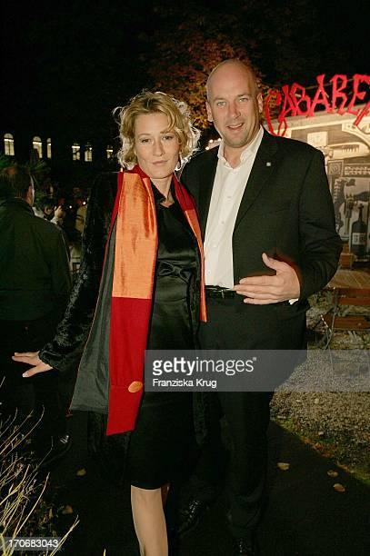 """Suzanne Von Borsody Und Ihr Freund Jens Schniedenharn Bei Der Cabaret Premiere In Der """"Bar Jeder Vernunft"""" Am Samstag In Berlin"""