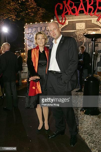 Suzanne Von Borsody Und Ihr Freund Jens Schniedenharn Bei Der Cabaret Premiere In Der Bar Jeder Vernunft Am Samstag In Berlin