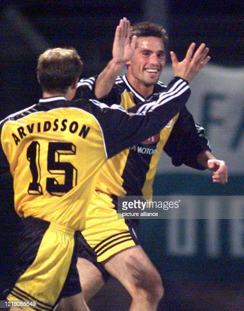 Sven Benken und Magnus Arvidsson von Hansa Rostock klatschen sich am nach Benkens Tor gegen die SpVgg Greuther Fürth ab. Mit einem 3:1 im...