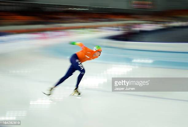 Sven Kramer of the Netherlands rounds a curve on his way to gold during the 5000m race on day two of the Essent ISU World Single Distances Speed...