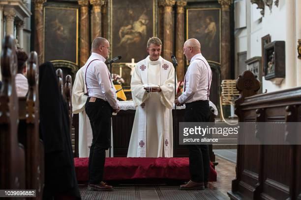 Sven Kretschmer y Tim SchmidtKretschmer intercambian anillos en su ceremonia de bodas en la iglesia San María en Berlín el Según la iglesia...
