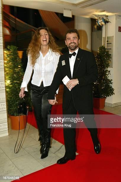 Sven Ottke Mit Ehefrau Gabi Bei Der Ankunft Zur Verleihung Des Deutschen Medienpreis 2003 In Baden Baden Am 210104 .