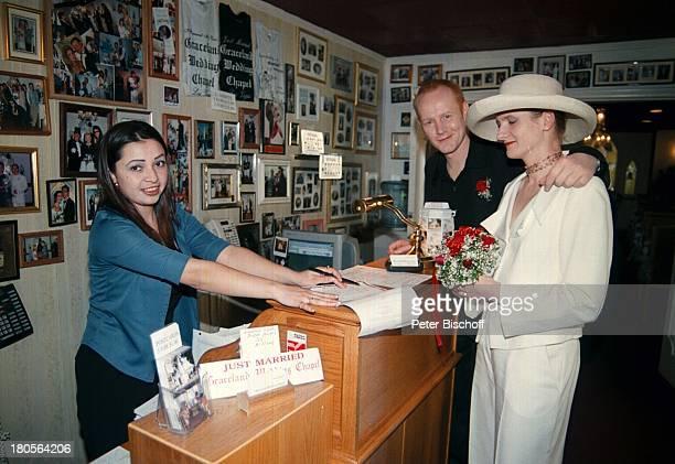 Sven Riemann Ehefrau Cathrin Büro der'Graceland Wedding Chapel' LasVegas/USA/Amerika HochzeitHochzeitspapiere Braut Bräutigam