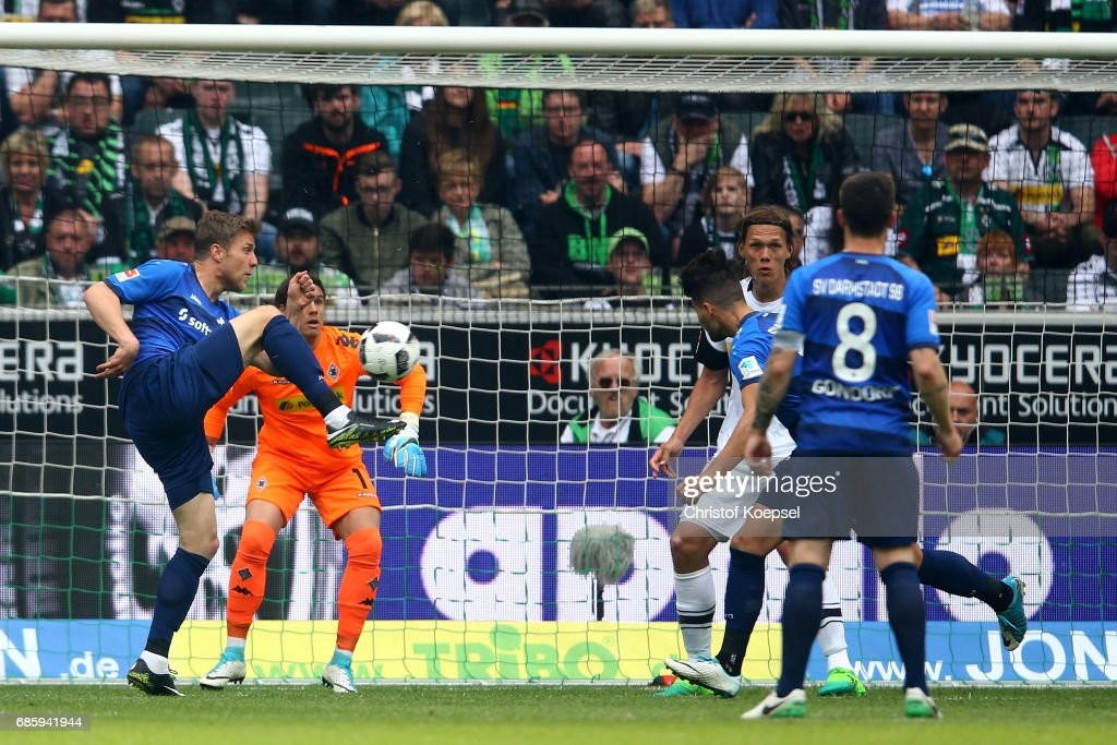 Sven Schipplock of Darmstadt equalizes with his first goal during the Bundesliga match between Borussia Moenchengladbach and SV Darmstadt 98 at Borussia-Park on May 20, 2017 in Moenchengladbach, Germany.