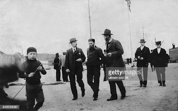Sverdrup Otto *18541930Forscher Polarforscher NorwegenSverdrup bei seinem ersten Spaziergang nach seiner Rückkehr vom Pol 1902