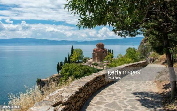 sveti (saint) jovan kaneo church on lake ohrid, macedonia - macedonië land stockfoto's en -beelden