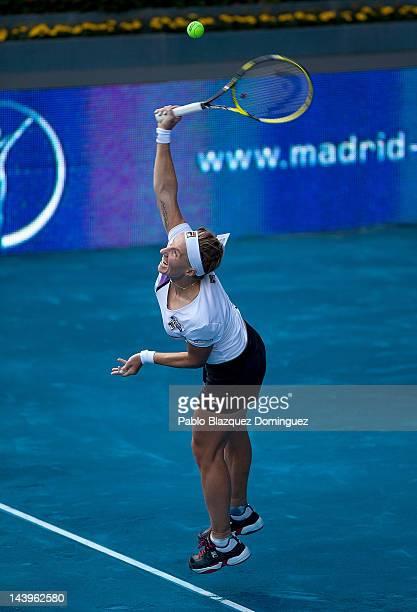Svetlana Kuznetsova of Russia serves the ball to Victoria Azarenka of Belarus during the second day of the WTA Mutua Madrilena Madrid Open Tennis on...