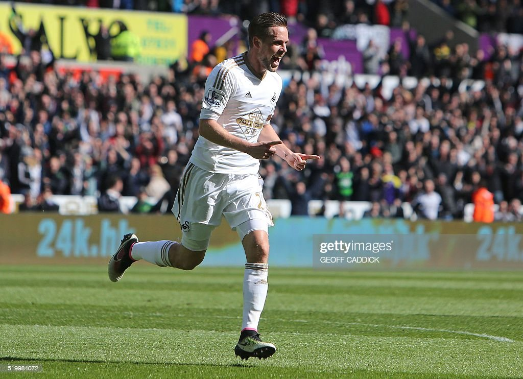Swansea City's Icelandic midfielder Gylfi Sigurdsson celebrates scoring his team's first goal during the English Premier League football match between Swansea City and Chelsea at The Liberty Stadium in Swansea, south Wales on April 9, 2016. / AFP / GEOFF