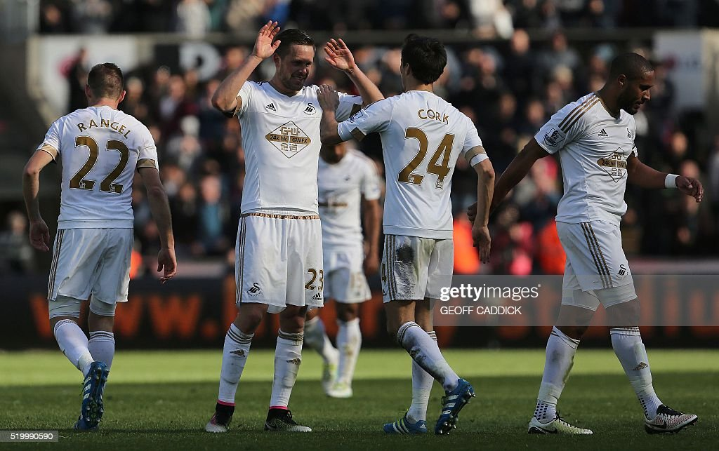 Swansea City's Icelandic midfielder Gylfi Sigurdsson (2L) celebrates with teamates at the final whistle during the English Premier League football match between Swansea City and Chelsea at The Liberty Stadium in Swansea, south Wales on April 9, 2016. Swansea won the match 1-0. / AFP / GEOFF