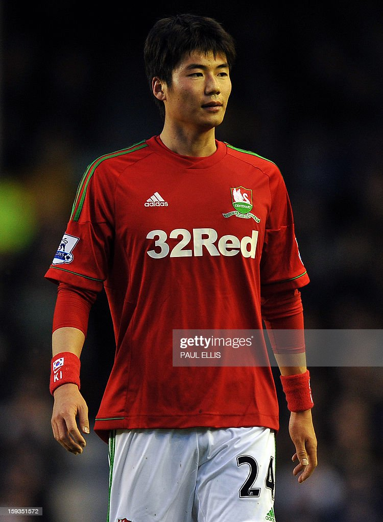 """Swansea City's South Korean midfielder Ki Sung-Yueng plays during the English Premier League football match between Everton and Swansea City at Goodison Park in Liverpool on January 12, 2013. USE. No use with unauthorized audio, video, data, fixture lists, club/league logos or """"live"""" services. Online in-match use limited to 45 images, no video emulation. No use in betting, games or single club/league/player publications."""