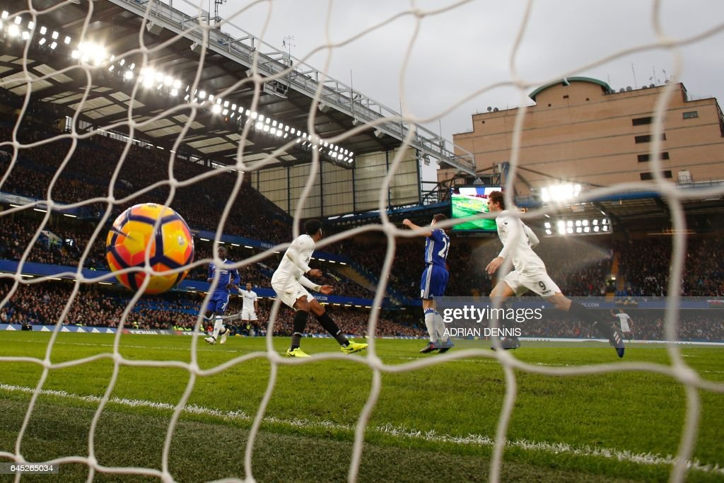 Swansea City's Spanish striker Fernando Llorente (R) scores an equalising goal for 1-1 during the English Premier League football match between Chelsea and Swansea at Stamford Bridge in London on February 25, 2017. / AFP / Adrian DENNIS / RESTRICTED TO EDITORIAL USE. No use with unauthorized audio, video, data, fixture lists, club/league logos or 'live' services. Online in-match use limited to 75 images, no video emulation. No use in betting, games or single club/league/player publications. /