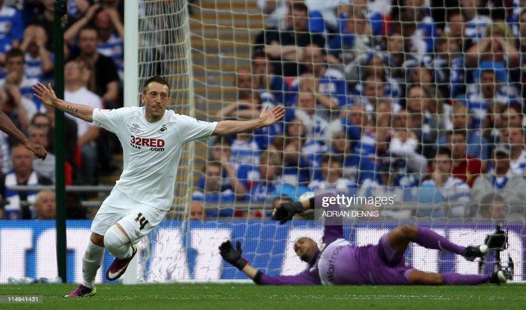 Swansea City's Stephen Dobbie (L) turns : News Photo