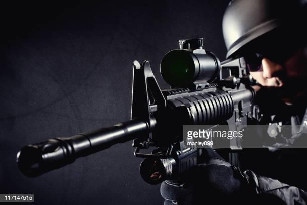 swat membro apontar e apontar um rifle em preto - metralhadora imagens e fotografias de stock