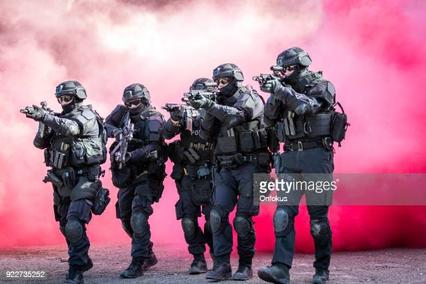 swat police officers shooting with firearm - antiterrosimo foto e immagini stock