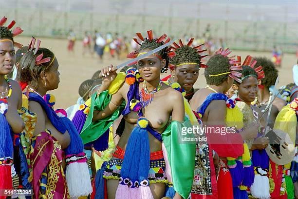 Swazi Maedchen beim traditionellen Schilftanz