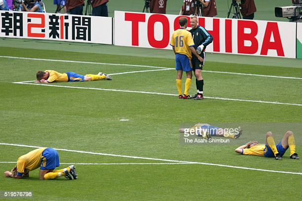 Sweden players show their dejection after the FIFA World Cup Korea/Japan Round of 16 match between Sweden and Senegal at the Oita Big Eye Stadium on...