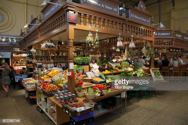 sweden, stockholm, östermalms saluhall market hall, - bancarella di verdura foto e immagini stock
