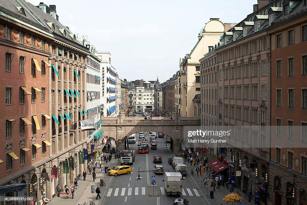 Sweden, Stockholm, Traffic on street with buildings : Stockfoto