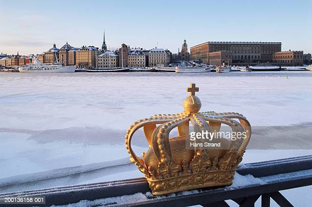 sweden, stockholm, view from skeppsholmen bridge of stadsholmen island - riddarholmkirche stock-fotos und bilder