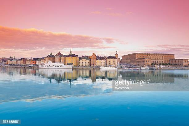 sweden, stockholm, view on the royal palace and gamla stan, old town - stockholm stock pictures, royalty-free photos & images