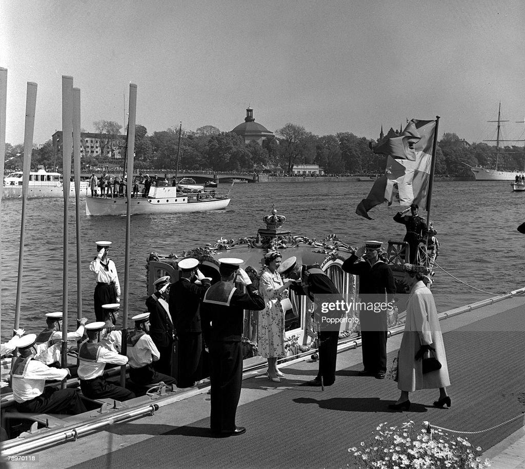 Sweden. 1956. The King of Sweden greets HM Queen Elizabeth II as she steps ashore at Stockholm. : News Photo