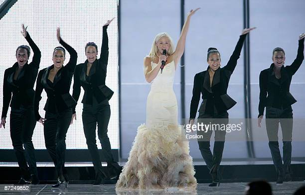 Sweden's contestant Malena Ernman performs during the first dress rehearsal of the Eurovision Song Contest on May 15 2009 in Moscow Russia The Final...