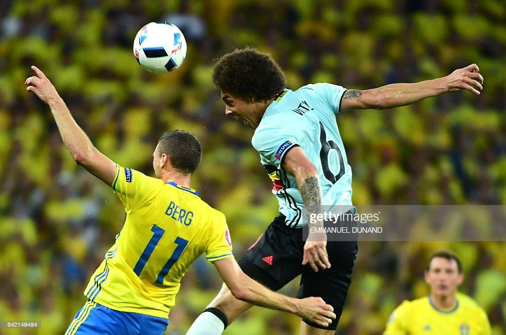 TOPSHOT - Sweden's forward Marcus Berg (L) vies with Belgium's midfielder Axel Witsel during the Euro 2016 group E football match between Sweden and Belgium at the Allianz Riviera stadium in Nice on June 22, 2016. / AFP / EMMANUEL