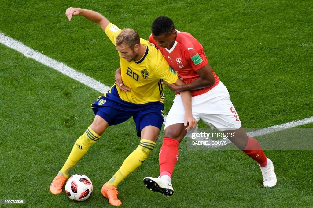 TOPSHOT - Sweden's forward Ola Toivonen (L) vies with Switzerland's defender Manuel Akanji during the Russia 2018 World Cup round of 16 football match between Sweden and Switzerland at the Saint Petersburg Stadium in Saint Petersburg on July 3, 2018. (Photo by GABRIEL BOUYS / AFP) / RESTRICTED