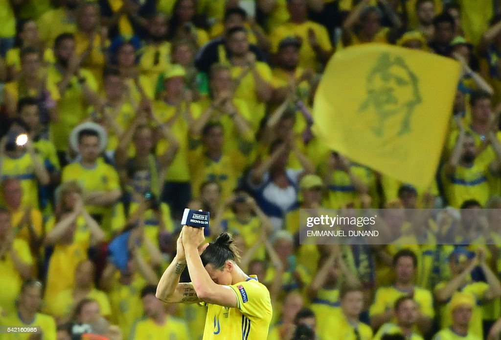 TOPSHOT - Sweden's forward Zlatan Ibrahimovic applauds to acknowledge the spectators at the end of the Euro 2016 group E football match between Sweden and Belgium at the Allianz Riviera stadium in Nice on June 22, 2016. / AFP / EMMANUEL