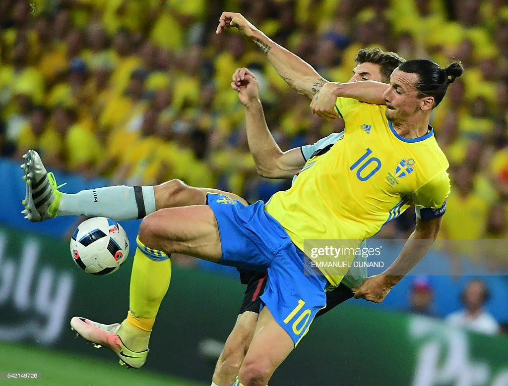 TOPSHOT - Sweden's forward Zlatan Ibrahimovic (front) vies with Belgium's defender Thomas Meunier during the Euro 2016 group E football match between Sweden and Belgium at the Allianz Riviera stadium in Nice on June 22, 2016. / AFP / EMMANUEL