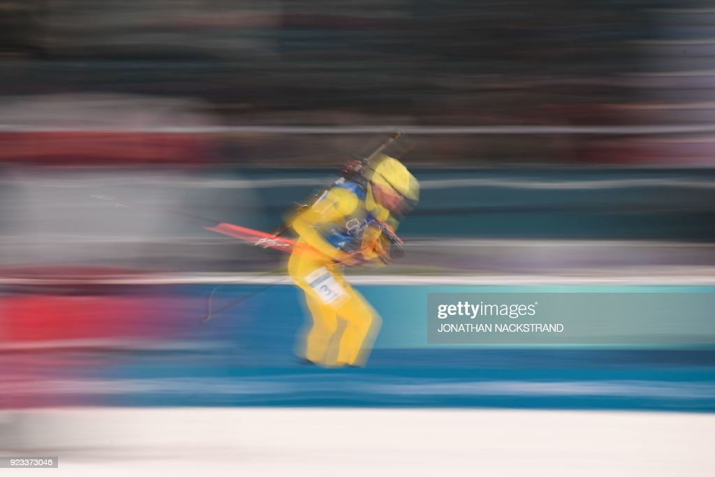 TOPSHOT - Sweden's Fredrik Lindstroem competes in the men's 4x7,5km biathlon relay event during the Pyeongchang 2018 Winter Olympic Games on February 23, 2018, in Pyeongchang. / AFP PHOTO / Jonathan NACKSTRAND