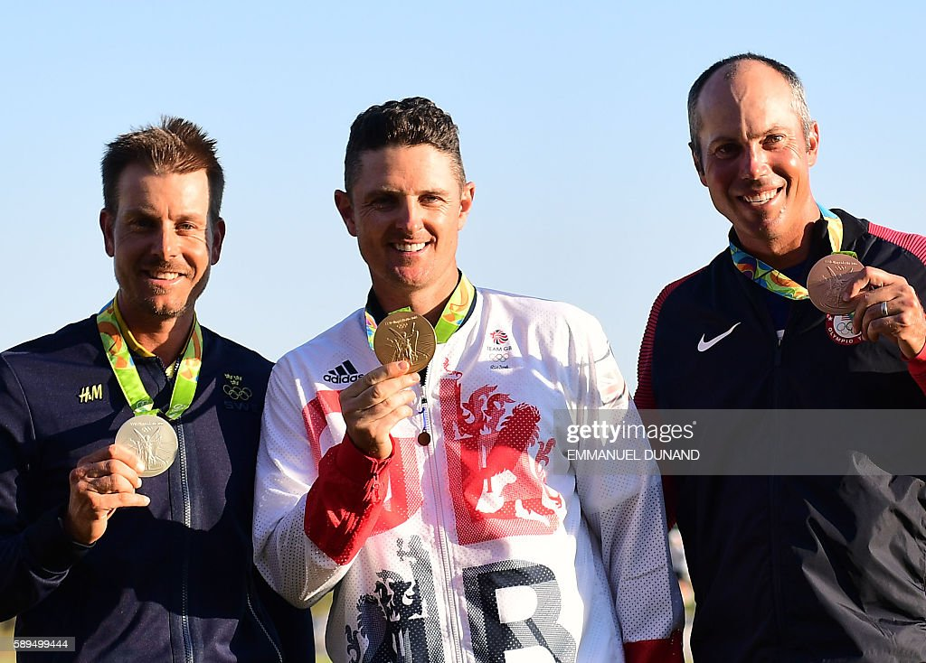 Sweden's Henrik Stenson (silver), Britain's Justin Rose (Gold) and USA's Matt Kuchar (Bronze) pose with their medals in the men's individual stroke play final day at the Olympic Golf course during the Rio 2016 Olympic Games in Rio de Janeiro on August 14, 2016. / AFP / Emmanuel DUNAND