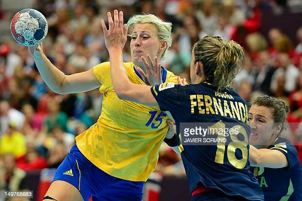 Sweden's leftback Johanna Ahlm vies with Spanish players during the women's preliminary Group B handball match Spain vs Sweden for the London 2012...