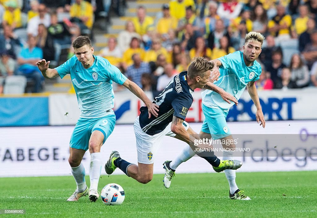 Sweden's midfielder Pontus Wernbloom (C) vies with Slovenia's forward Roman Bezjak (L) and midfielder Kevin Kampl during the friendly football match between Sweden and Slovenia at Swedbank stadium in Malmo on May 30, 2016. / AFP / JONATHAN